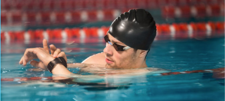 nadador mirando su reloj de entrenamiento