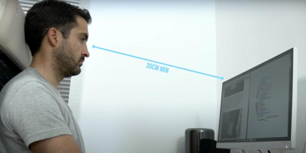 imagen de ejemplo de distancia de la pantalla y la vista del usuario, asi debes regular la altura de la pantalla