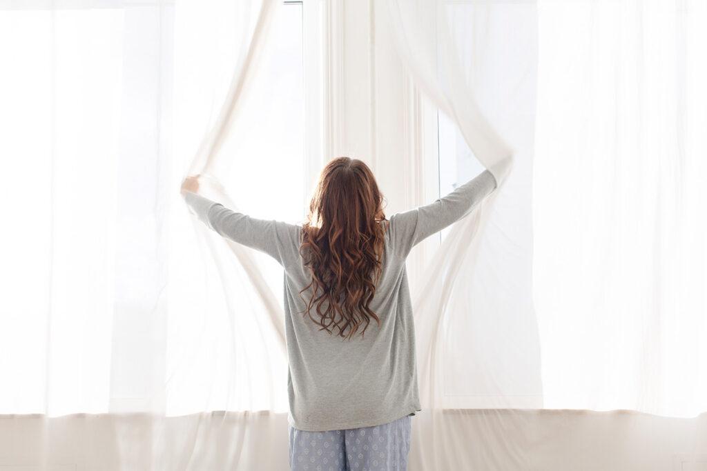 limpiar acaros del colchon ventilando el dormitorio